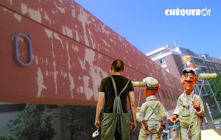 Empresa de pintura mirando la fachada del polideportivo municipal del El Campello.