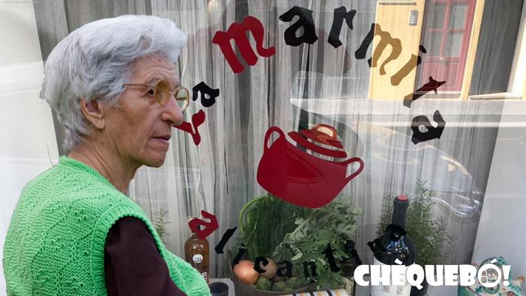 Conchita en la puerta del restaurante La Marmita de Alicante