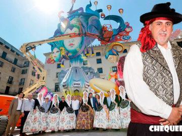 Manolo Jiménez vestido de saragüell en la hoguera del Ayuntamiento de Alicante.