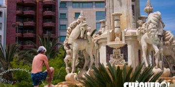 Persona bañándose en la fuente de luceros de Alicante
