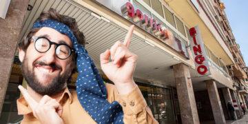 Sujeto en la puerta del bingo Gorrión de Alicante