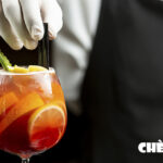 Camarero sirviendo un cockail a señora en Discoteca Wilson de Alicante